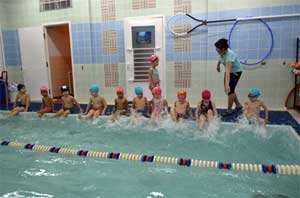 Сценарий спортивного развлечения в бассейне «ВОЛШЕБНАЯ ОТКРЫТКА» приуроченного к Дню Матери (для средней группы)