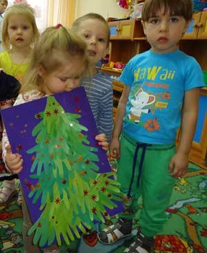 Коллективная работа детей раннего возраста (2-2, 5 года) к Новому году «Новогодняя елочка»