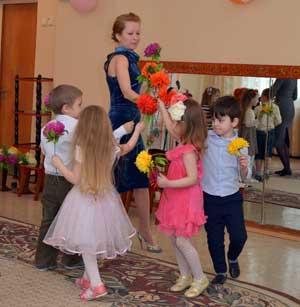 Сценарий праздника Поздравляем наших мам средняя группа