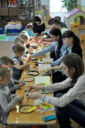 Конспект родительского собрания в нетрадиционной форме в средней группе. Тема: Творим вместе с детьми